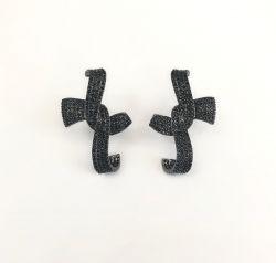 Brinco Ear hook formato laço pedras cravejadas zircônias negras