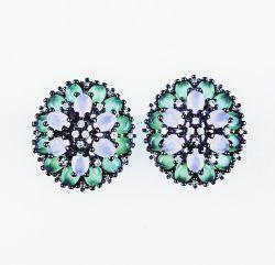Brinco oval pedras cravejadas cristais detalhes em zircônias transparente.