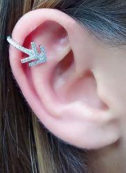 Ear clip flecha micro zirconia cravejada