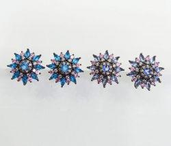 Brinco flor pedras cravejadas cristais detalhes em zircônias transparente.