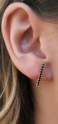 Brinco Ear hook folheado a ouro pedra cravejada zircônia negra.