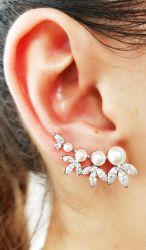 Brinco ear cuff pérola branca ao redor zircônias em navette transparente.