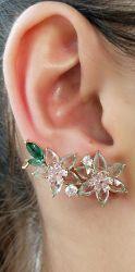 Brinco Ear cuff duas flor pedra cristal cravejado detalhes em zircônia transparente folheado a ouro.