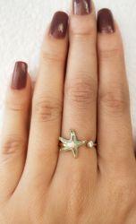 Anel estrela do mar esmaltado uma pedra de zircônia transparente cravejada.