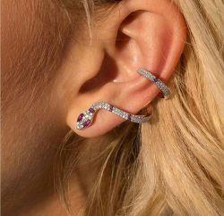 Brinco Ear cuff formato cobra, folheado a ouro pedra zircônia transparente cravejadas, detalhe em pedra marsala.