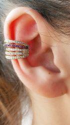 Ear clip = Piercing fake 5 tiras em micro zircônias cravejadas, detalhe em zircônia verde ou rosa