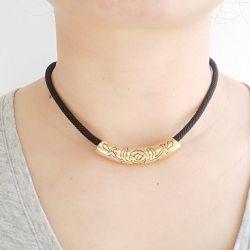 Peça multi uso colar ou pulseira dourado com detalhe desenho de rosa.