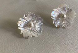 Acessòrio para usar com qualquer um dos seus brincos formato flor madrepérola.