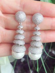 Brinco festa de luxo todo em micro zircônias transparentes cravejadas pérola de água doce.