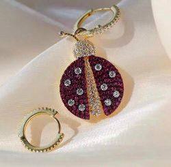Brinco argolinha um lado com pingente de joaninha, use de duas formas folheado a ouro.