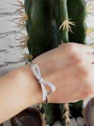 Bracelete formato laço pedras micro zircônias transparentes cravejadas.