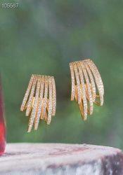 Brinco Ear hook vazado pedras zircônias cravejadas.