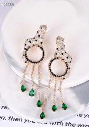 Brinco luxo onça vazado folheado a ouro pedras cravejadas zircônias transparente, detalhes em zircônias negras,  6 gotas verdes.