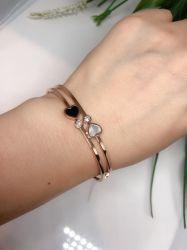 Bracelete 2 corações detalhe duas pedras zircônias transparente cravejadas folheado a ouro rosê gold.
