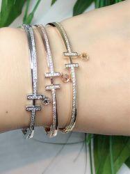Bracelete H pingente t inspiração detalhe em micro zircônias transparente cravejadas.