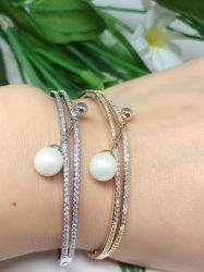 Bracelete vazado detalhe 1 pérola branca pedras cravejadas micro zircônias transparente.