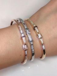 Bracelete detalhe em pedras micro zircônias transparente cravejadas.
