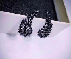 Brinco Ear cuff asa pedras cravejadas zircônias negras em navette.
