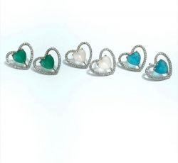 Brinco coração vazado pedra central cristal ao redor micro zircônia transparente cravejadas.