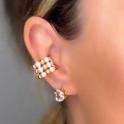 Ear clip = Piercing fake folheado a ouro detalhe em pérola.