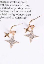 Brinco argolinha pingente duas estrelas uma lisa outra pedras micro zircônias cravejadas.