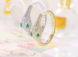 Brinco argola cobra pedras cravejadas zircônias transparente olho verde pedra cristal
