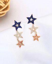 Brinco ear cuff 3 estrelas vazadas pedras micro zircônias coloridas cravejadas.