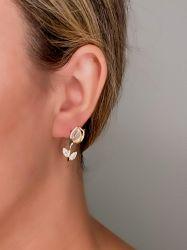 Brinco delicado formato rosa folheado a ouro pedra cravejada leitosa detalhe em micro zircônias.
