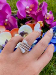 Anel vazado todo em micro zircônias transparentes cravejadas, detalhe duas pedras em cristal.