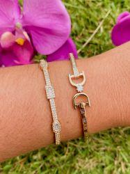 Bracelete inspiração D C  detalhe em algarismo romano pedras zircônias transparente cravejadas